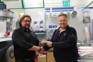 Niko Ahlqvist saa palkintonsa Tuomo Erjalalta.
