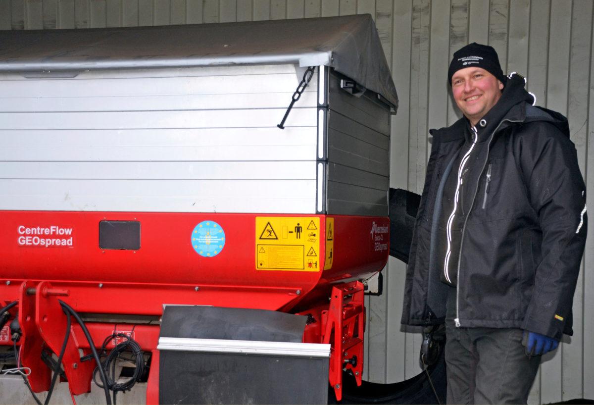 Kvernelandin Exacta-CL GEOspread -lannoitteenlevittimessä automatiikka säätää työleveyden ja levitysmäärän. Käytössä on myös satelliittisatokartta, jolloin kasvustoa lannoitetaan potentiaalin mukaan, Marko Heikkilä kertoo.