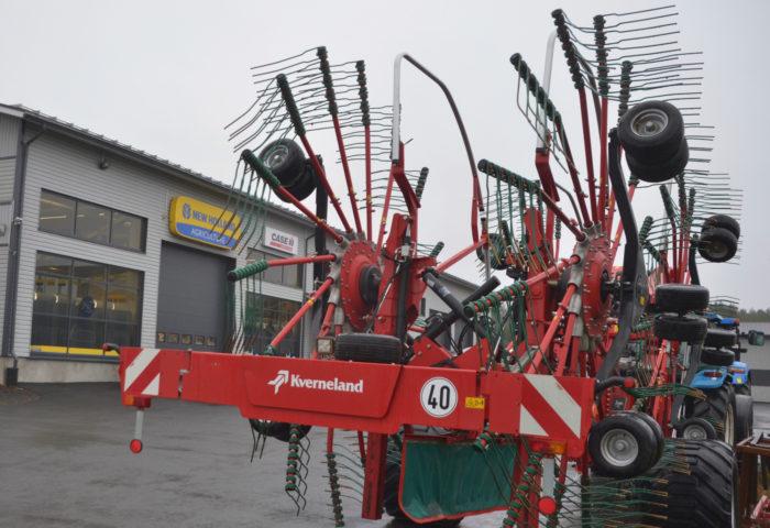 E-P:n Kone ja Tarvikkeen pihassa on Kvernelandin neliroottorinen karhotin odottamassa huoltoa. Kvernelandin piikki luovuttaa heinän karhoon tekemättä paakkuja.
