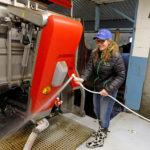 Lelyn A5 -lypsyrobotti on osoittautunut varmatoimiseksi. Onnistunut automaattilypsy vaatii kuitenkin paljon myös lehmiltä. Lypsynopeus on tärkeä tekijä ja siihen voi vaikuttaa jalostuksella, Stina Kurki muistuttaa.