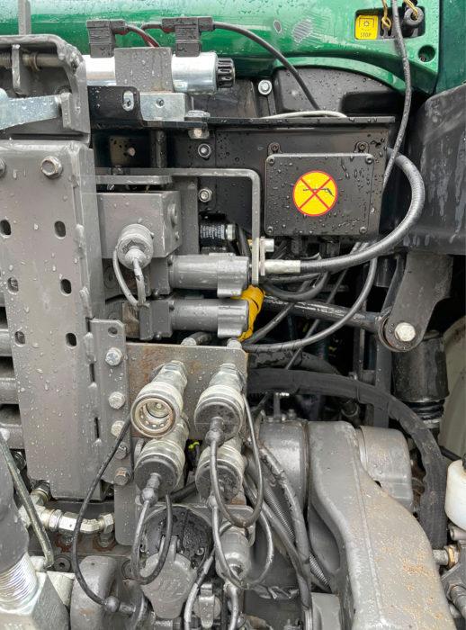 Farmiventtiili piiloutuu lähes täysin Valtran hydrauliikkaventtileiden taakse. Pari kelaa ja ohjausboksi ilmiantavat järjestelmän. Kuvan keskellä on Farmiventtiilin kaksi lisälohkoa, joita voidaan käyttää esimerkiksi työntövarren ja hydraulisen kallistajan hallintaan.
