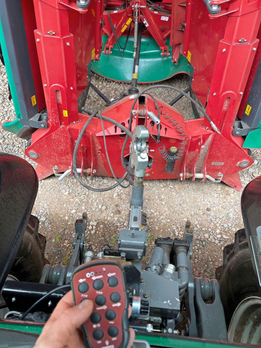 Työkoneen kiinnittäminen traktorin kolmipistenostolaitteeseen voi viedä yllättävästi aikaa. Farmiventtiili nopeuttaa ja helpottaa työtä huomattavasti sekä parantaa työturvallisuutta.