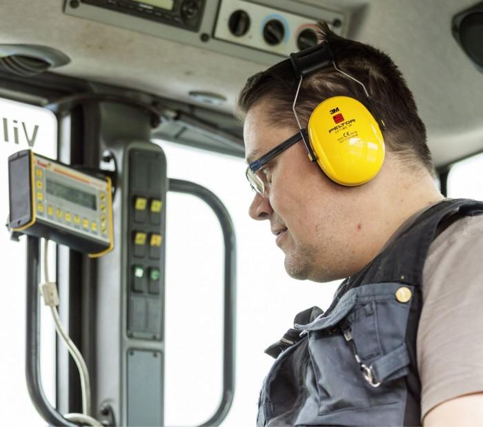 Maatiloilta löytyy lukuisia töitä, joita ei kannata tehdä ilman kuulonsuojaimia. Traktorit, muut työkoneet ja jopa monet sähkötyökalut aiheuttavat melua, joka on ainakin pidemmässä altistuksessa haitallista.