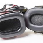 Howard Leight -kuulonsuojaimen (vasemmalla) tyynyssä olevan korvanreiän koko on vertailun kookkaimpia, joten sen sisään mahtuu suurempikin korvalehti. Promaster (oikealla) sopi mitoiltaan lähinnä sirokorvaiselle.