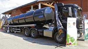 Biotehdas oli tuonut Viljoon urakoitsijan suuren säiliörekan, jolla ajetaan yrityksen nestemäisiä tuotteita pelloille levitettäväksi. Biotehdas Oy rakentaa Suomeen biokaasulaitosten verkostoa, joista tulee maatalouden käyttöön lannoitteita: Biotehtaan Perus -lannoite ja Maanparannuslannos. Ravinnepitoinen liete on ilmaista 50 km säteellä laitoksesta. Sitä kauemmas joutuu maksamaan rahdin. Viidestä rakenteilla tai suunnitteilla olevasta laitoksesta Huittisten biotehdas toimii jo. Kuopio avataan 2015, Honkajoki ja Oulu ovat tekeillä sekä Lohja lupavaiheessa. www.biotehdas.fi