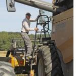 Uusien traktorien ja puimureiden ohjaamot ovat turvallisia. Riskit kasvavat heti ohjaamosta ulos tultaessa.
