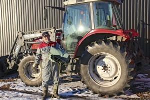 Poikaansa lypsykarjatilalla päivittäin auttava Heikki Lääkkö toivoo, että turvallisempi tapa kuorman peittämiseen yleistyisi. Hän on kauhistellen nähnyt, kuinka pressuja levitetään mitä erikoisemmilla tekniikoilla. Edes kuorma-automiehillä ei homma ole aina hanskassa, vaikka he käsittelevät kuormapeitteitä päivittäin.