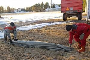 Pressu taitellaan normaaliin tapaan pituussuunnassa noin 30 cm:n mittaiseksi laskokseksi, jonka päätyyn jätetään noin 20 cm ylimääräistä, samoin kaikki narut.