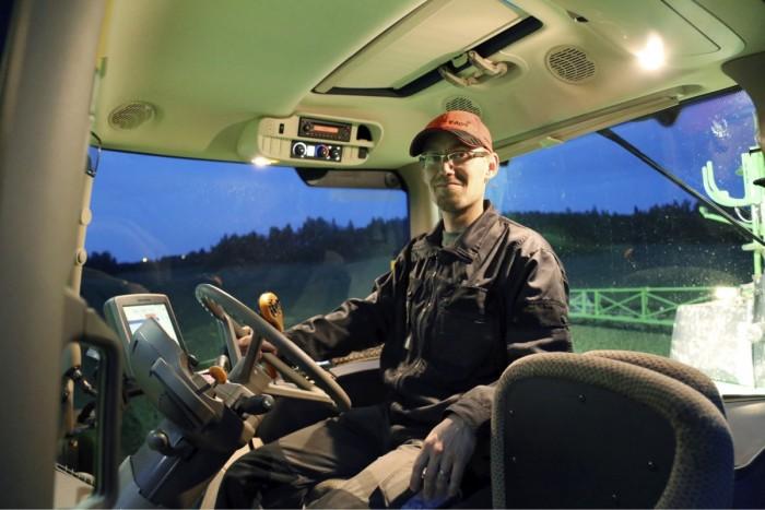Pekka Mutikainen kertoo lähtevänsä ruiskuttamaan useimmiten iltaisin seitsemän-kahdeksan aikaan, ja jatkaa niin kauan kuin työtä ja hyviä ruiskutusolosuhteita riittää. Uudessa ruiskussa on tuulimittari joka hälyttää, mikäli tuulen nopeus kasvaa liian suureksi.