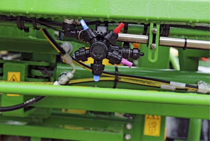 Suutinrungoiksi on valittu viisi suutinta mahdollistava revolverirunko. Niihin on tulossa vielä sähköinen kääntö ohjaamosta. Suuttimista kolme on tuulikulkeumaa vähentäviä suuttimia, yksi on tavallinen viuhkasuutin ja yksi kaksoisviuhkasuutin.