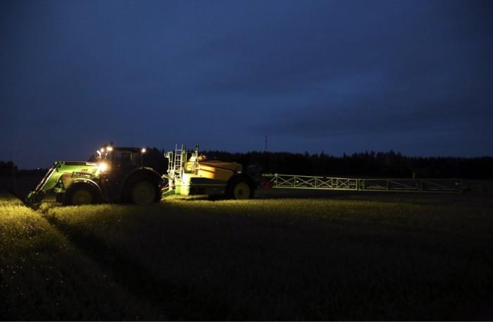 Jo pelkät ajourat parantavat huomattavasti työn tarkkuutta kasvinsuojeluruiskutuksissa, mutta automaattiohjaus ja gps sekä venttiilien sulkuautomatiikka tekevät kasvinsuojelun paljon helpommaksi. Työ onnistuu yhtä hyvin pimeällä.