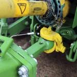 Traktorin ja työkoneen kytkeminen kuulavetolaitteella tiukasti yhteen on toimiva ratkaisu silloin, kun perässä on iso työkone, ja erityisesti ruiskun kanssa, kun säiliön sisällä oleva suuri nestemäärä pyrkii heiluttamaan koko yhdistelmää. Ruiskun takarenkaiden ohjaus perustuu kuulavetolaitteen vasemmalla puolella olevaan tankoon, jolla mitataan traktorin ja ruiskun puomin välistä kulmaa.