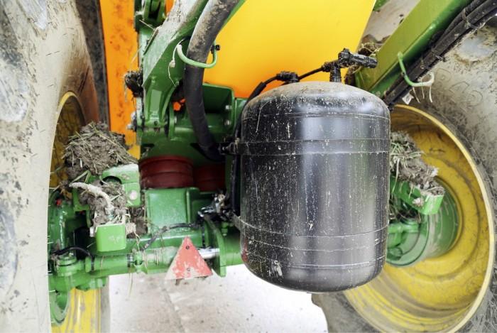 Jousitus ja kumivaimennus tasaavat ajoa ruiskun kanssa. Ruiskun ilmakompressori on edessä ja musta painesäiliö takana. Paineilmaa käytetään suuttimien ja lohkojen avaamiseen. Ruiskun akseli ohjaa hydrauliikalla takarenkaat seuraamaan vetotraktorin renkaita. Ruisku on seurannut traktorin jälkiä hyvin lukuun ottamatta kaikkein jyrkimpiä käännöksiä.