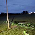 Sähkötolppien kohdalla on hidastettava vauhtia ja kasvustoon tulee enemmän tallausta. Yöllä testattiin, kuinka puomin pään kauimmainen kolmen metrin lohko jousti hallitusti osuessaan isomman tolpan tukiharukseen.