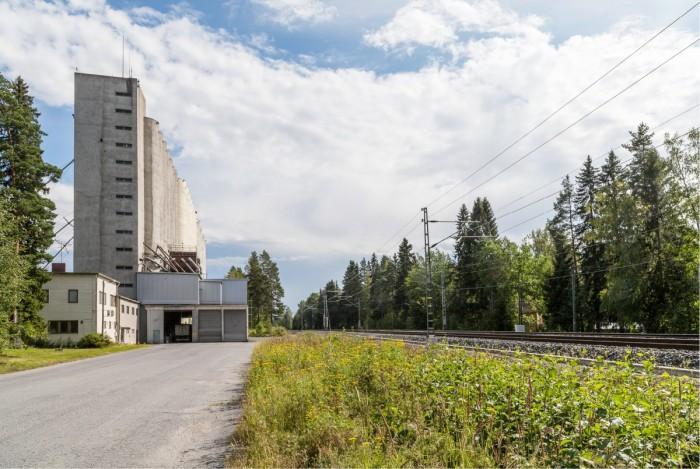 Valtaosa maamme suuristakin viljavarastoista on vailla rautatieyhteyttä. Viljan liikkeitä rautateillä vähentää myös rautatierahdin hinnoittelu. Kuvassa Suomen Viljavan Seinäjoen varasto, jonka raideyhteys katosi nopean junaliikenteen myötä.