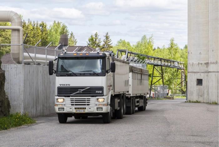 Suurissa siiloissa tapahtuvan varastoinnin sujuvuus edellyttää purkaus- ja lastausliikenteen nopeaa käsittelyä. Suomessa merkittävä osa viljan kuljetuksista tapahtuu kumipyörillä. Taustalla on alan kova kilpailu, joka on painanut hinnat alas.