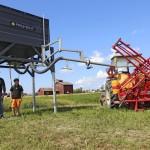 Proment Oy on uusi maataloustekniikkaa suunnitteleva yritys, jonka piikkiöläinen Sam Walldén pisti pystyyn puoli vuotta sitten. Walldénin poika Axel oli apuna esittelemässä. Näytteillä oli kasvinsuojeluruiskun täyttösäiliö, siirrettävä kasvinsuojeluaineiden varasto sekä imuri, jolla voi putsata vaikkapa kylvökoneen lajiketta vaihdettaessa. Ruiskun täyttösäiliössä on automaattinen täyttöventtiili ja sivulle portaattomasti kääntyvä täyttöpuomi. Täyttönopeus on kuutio minuutissa.