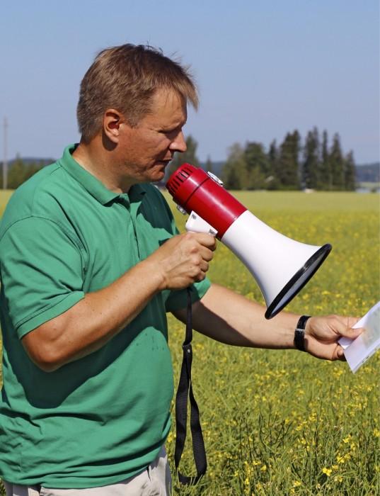 Petri Lintukangas kertoi pelloilla tehdyistä toimenpiteistä. Lintukankaan tilalla Iitissä oli heinäkuussa avoimet ovet, ja lajikekokeita esiteltiin yleisölle.