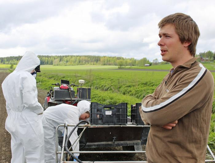 Toukokuun lopulla on käynnissä koeruutujen tuholaistorjuntaruiskutukset. Koetoiminta on pienimuotoista ja tarkkaa puuhaa, toteaa NSL:n kenttämestari Mikael Fröberg.