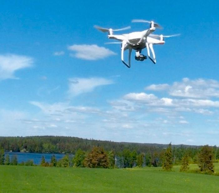 DroneKnowledge-tutkimushankkeessa tutkitaan kopteri- ja satelliittikuvantamisen mahdollisuuksia nurmen sadon määrän ja laadun mittaamiseen.