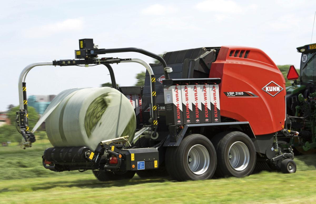 Vuoden koneeksi Agritechnica-näyttelyssä valittu Kuhnin yhdistelmäpaalain 3135 tekee tiukkoja paaleja ja käyttää vähemmän  käärintämuovia.