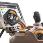 CommandPro-hallintakahva on saatavilla nyt kaikkiin John Deeren 6R-mallisarjan traktoreihin ja se löytyy myös S700-sarjan puimureista.